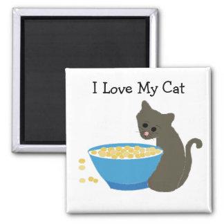 Gato con un plato azul de la comida imán cuadrado
