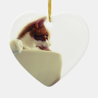 Gato cremoso adorno de cerámica en forma de corazón