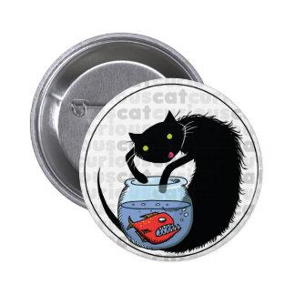 Gato curioso con la piraña pin redondo 5 cm