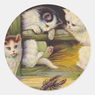 Gato curioso de los gatitos de la granja rural de pegatina redonda