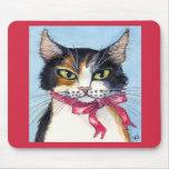 Gato de calicó con el cojín de ratón del cuello de alfombrillas de raton