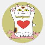 Gato de calicó de Maneki Neko con los corazones Pegatina Redonda