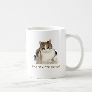 Gato de calicó: Molésteme con su propio riesgo Taza Básica Blanca