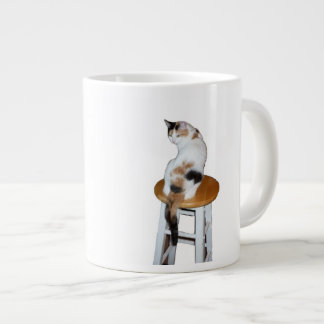 Gato de calicó que se sienta taza grande