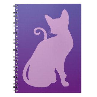 Gato de la lila en púrpura libros de apuntes