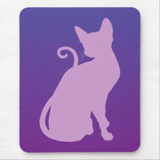 Gato de la lila en púrpura tapete de ratones