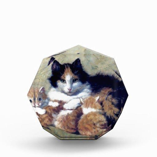 Gato de la madre con la pintura de los gatitos