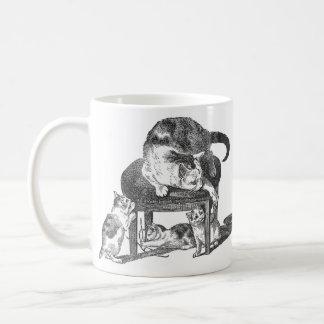 Gato de la madre y sus gatitos juguetones taza de café