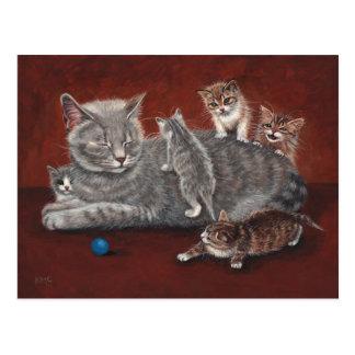Gato de la mamá con la postal de los gatitos