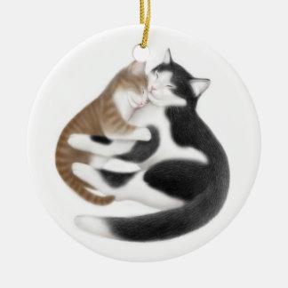 Gato de la mamá y su ornamento del gatito adorno navideño redondo de cerámica
