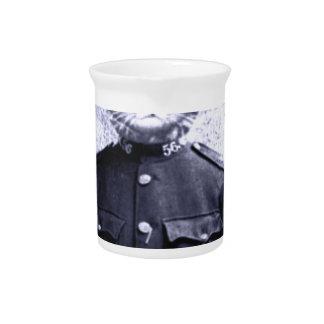 Gato de la policía jarras de beber