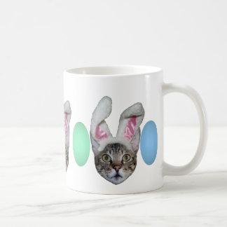 Gato de la sabana del conejito de pascua taza básica blanca