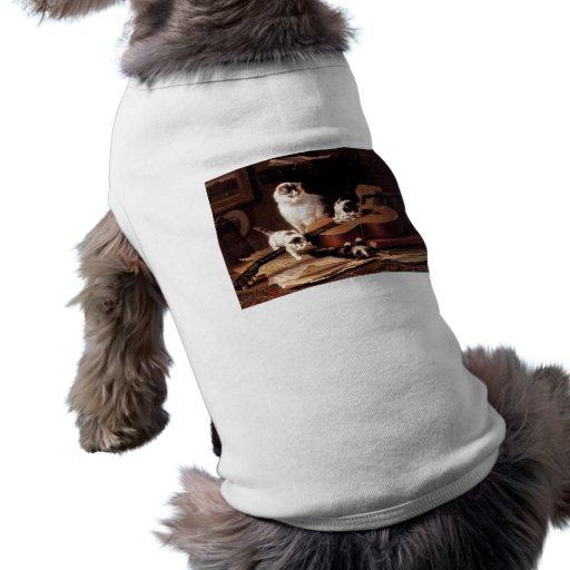 Gato de los gatitos que juega con lindo travieso d camisetas mascota