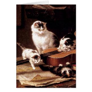 Gato de los gatitos que juega con lindo travieso d tarjeton