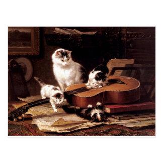 Gato de los gatitos que juega con lindo travieso postal