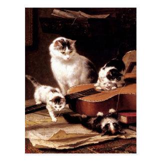 Gato de los gatitos que juega con lindo travieso tarjeta postal