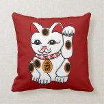 Gato de Maneki Neko en fondo rojo Cojines