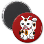 Gato de Maneki Neko en fondo rojo Imanes Para Frigoríficos