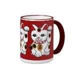 Gato de Maneki Neko en fondo rojo Taza