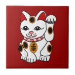 Gato de Maneki Neko en fondo rojo Tejas Ceramicas