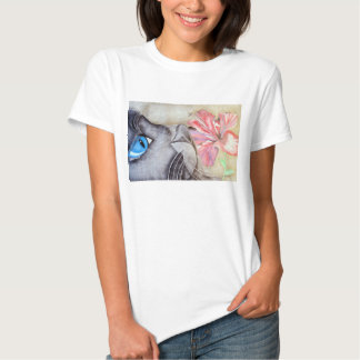 Gato de ojos azules y flor playeras