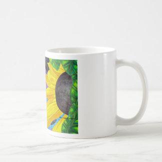 Gato de ojos verdes con la mariquita y la flor tazas