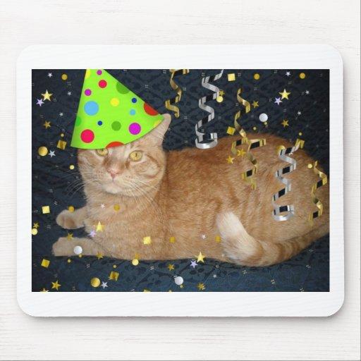 Gato de Tabby anaranjado de la fiesta de cumpleaño Tapetes De Ratón