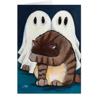 Gato de Tabby asustado y tarjeta fantasmagórica de
