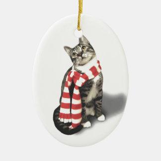 Gato de Tabby de Brown en una bufanda roja y Adorno Navideño Ovalado De Cerámica