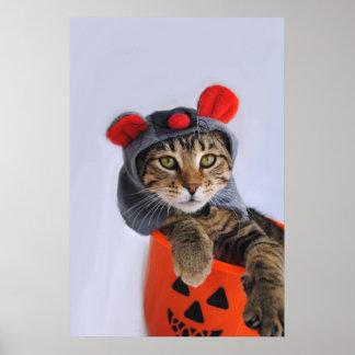 Gato de Tabby en la impresión del traje del ratón Posters