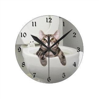 Gato de Tabby en retrete Reloj Redondo Mediano