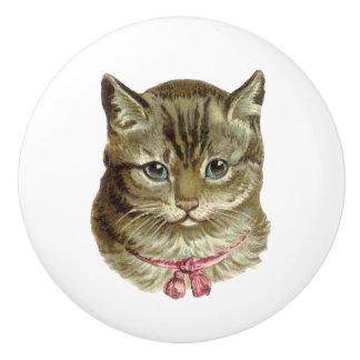 Gato de Tabby gris bonito con el arco rosado Pomo De Cerámica