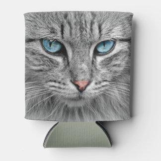 Gato de tabby gris de la caballa con los ojos enfriador de latas