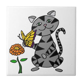 Gato de Tabby gris divertido que sostiene la Azulejo Cuadrado Pequeño