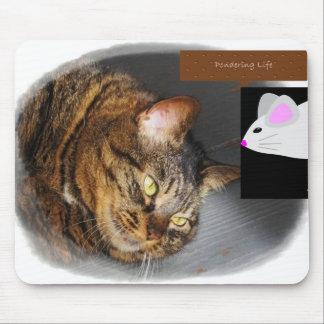 Gato de Tabby lindo que reflexiona el mousepad de  Tapetes De Raton
