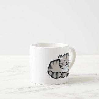 gato de tigre gris del tabby mullido lindo taza de espresso