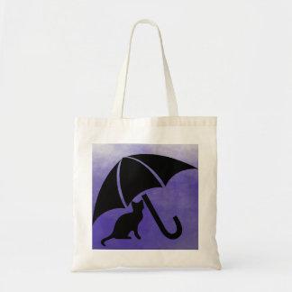 Gato debajo del paraguas bolsas