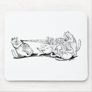 Gato del bromista con el sifón de la soda alfombrillas de raton