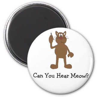 Gato del dibujo animado con el teléfono celular imán redondo 5 cm