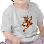 Gato del dibujo animado en el funcionamiento camiseta