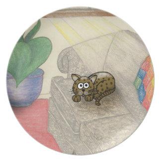 gato del dibujo animado que pone en un sofá en un  plato de comida