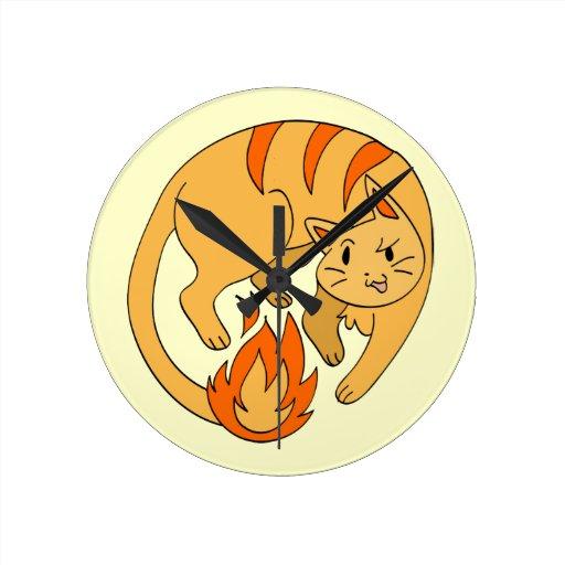 Gato del fuego del dibujo animado reloj redondo mediano