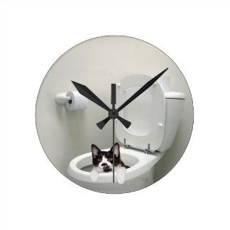 Gato del gatito en taza del inodoro reloj redondo mediano
