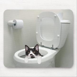 Gato del gatito en taza del inodoro alfombrilla de ratón