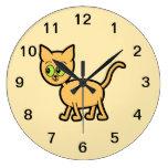 Gato del jengibre con los ojos verdes reloj