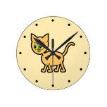 Gato del jengibre con los ojos verdes relojes de pared