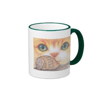 Gato del jengibre y taza de ojos verdes lindos del