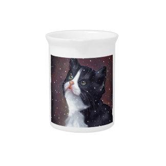 Gato del smoking que mira para arriba los copos de jarrones