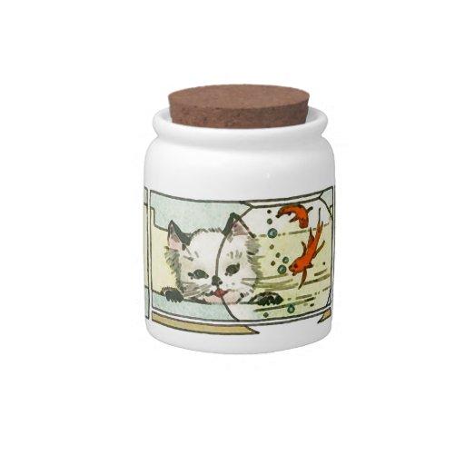 Gato del vintage con el cuenco de los pescados jarra para caramelo