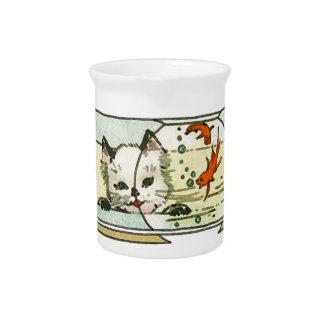 Gato del vintage con el cuenco de los pescados jarras para bebida
